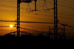 夕日と鉄橋の写真素材 [FYI00120254]