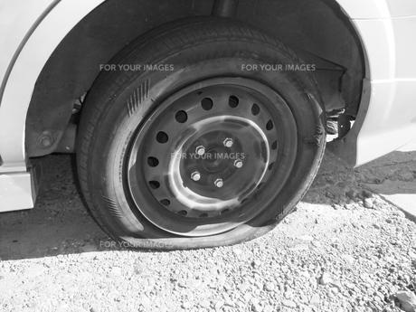 タイヤのパンクの写真素材 [FYI00121100]