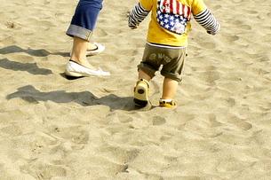砂丘を歩く親子の足の写真素材 [FYI00121106]