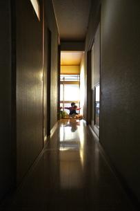 玄関で遊ぶ兄妹の写真素材 [FYI00121112]