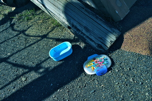 公園に落ちていたお弁当箱の写真素材 [FYI00121127]
