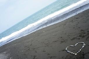 海と石でハート型の写真素材 [FYI00121132]