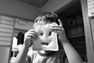食パンでお顔を作ったよの写真素材 [FYI00121137]