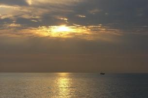 朝日と漁船の写真素材 [FYI00121163]
