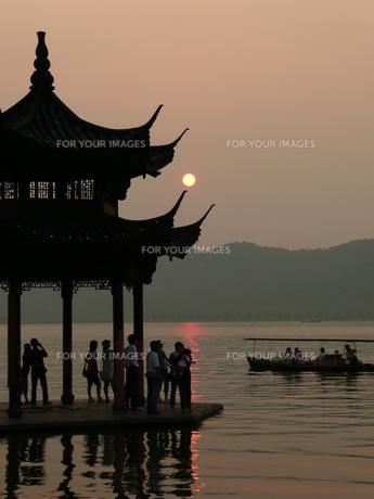 中国・杭州 西湖の夕日の写真素材 [FYI00121176]