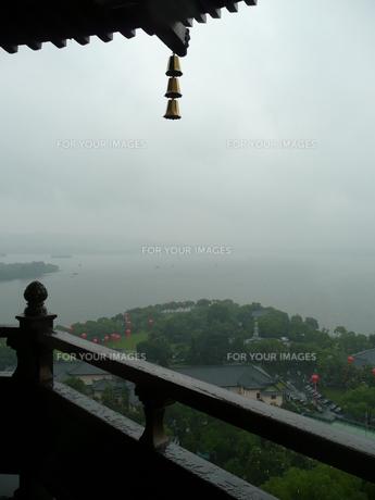 中国・杭州 雷峰夕照からの西湖の写真素材 [FYI00121234]