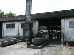 中国・浙江省 烏鎮の紹興酒醸造所の写真素材 [FYI00121274]