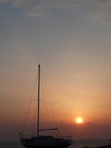 朝日とヨットの写真素材 [FYI00121454]