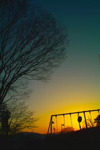 ココロの旅  夕焼けとぶらんこ 子どもの頃の記憶の素材 [FYI00121912]