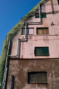 古い建物の窓とパイプの写真素材 [FYI00122043]