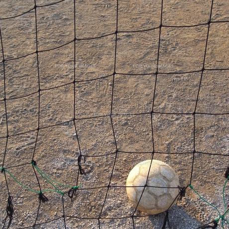 サッカーネットに転がるサッカーボールの素材 [FYI00122052]