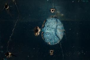 青の印象的でアーティスティックな傷のある壁の素材 [FYI00122061]