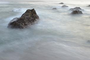 岩礁と雲のような波の写真素材 [FYI00122066]