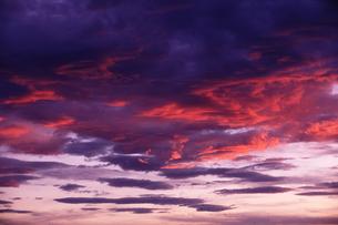 燃える夕焼けとダイナミックな雲の写真素材 [FYI00122110]
