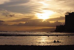 海辺の夕焼けの写真素材 [FYI00122718]