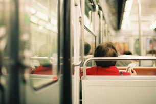 地下鉄で読書をする女性の素材 [FYI00124456]