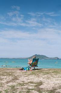 浜辺で日光浴する女性の写真素材 [FYI00124465]