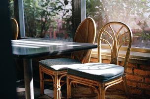 窓辺の椅子の写真素材 [FYI00124476]
