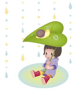 かたつむりと木の葉で雨宿りする女の子(縦位置)の写真素材 [FYI00124526]