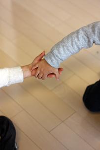 子供の手と手の写真素材 [FYI00124565]
