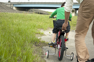 パパと自転車の練習の写真素材 [FYI00124598]