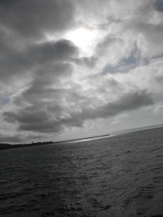 雲の合間から輝く太陽の写真素材 [FYI00124657]