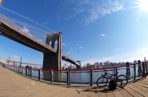 自転車降りて休憩の写真素材 [FYI00124675]