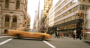 new york cab and peopleの写真素材 [FYI00124684]