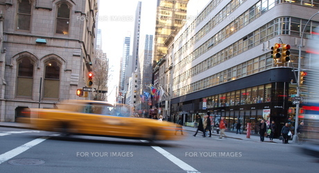 new york cab and peopleの写真素材 [FYI00124686]