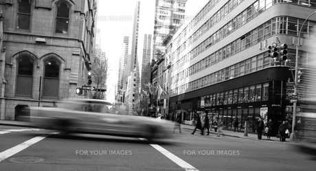 new york cab and peopleの写真素材 [FYI00124691]