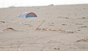 ドラム缶が埋まる砂浜海岸の写真素材 [FYI00124727]