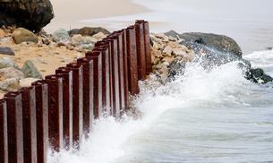 海岸防護の鋼矢板の写真素材 [FYI00124739]