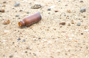 砂浜にガラス瓶の写真素材 [FYI00124744]