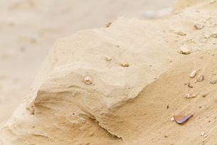 小石混じりのきれいな砂の丘の写真素材 [FYI00124807]