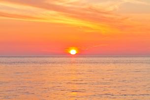 水平線の夕日の写真素材 [FYI00124884]