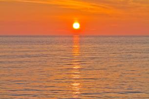 水平線に夕日の写真素材 [FYI00124885]