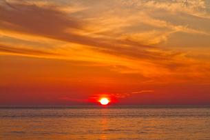 水平線に沈む夕日の写真素材 [FYI00124889]