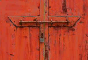 赤い鉄の扉に鍵の写真素材 [FYI00124923]