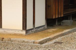 武家屋敷の軒下の石溝の写真素材 [FYI00124925]