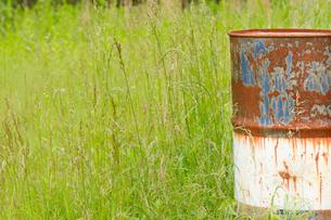 草原に錆びたドラム缶の写真素材 [FYI00124927]