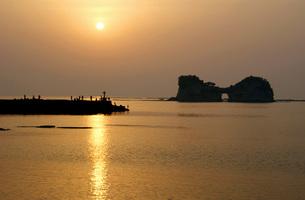 夕陽と円月島の写真素材 [FYI00125740]