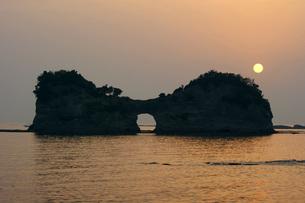 夕陽と円月島の写真素材 [FYI00125741]
