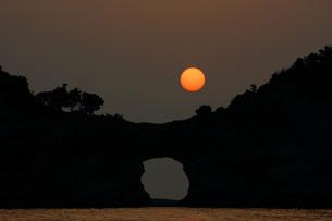 夕陽と円月島の写真素材 [FYI00125744]