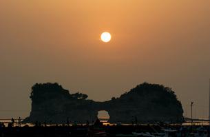 夕陽と円月島の写真素材 [FYI00125746]