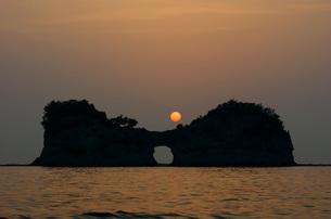 夕陽と円月島の写真素材 [FYI00125753]
