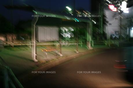 夜のバス停の写真素材 [FYI00125876]