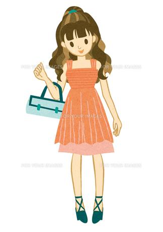 ピンクのドレスを着て微笑む女性の素材 [FYI00125958]