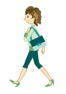 颯爽と歩く若い女性の写真素材 [FYI00125964]