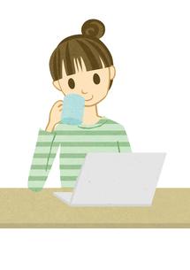 パソコンを開いてお茶を飲む女性の素材 [FYI00125977]