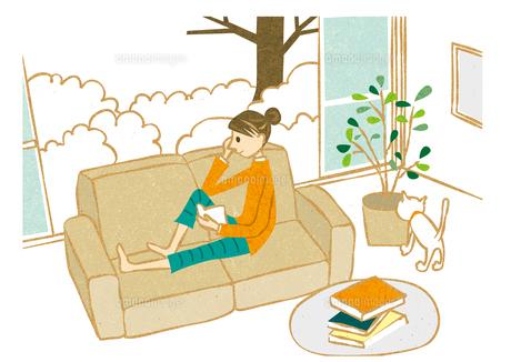 ソファーで本を読む女性の写真素材 [FYI00125984]
